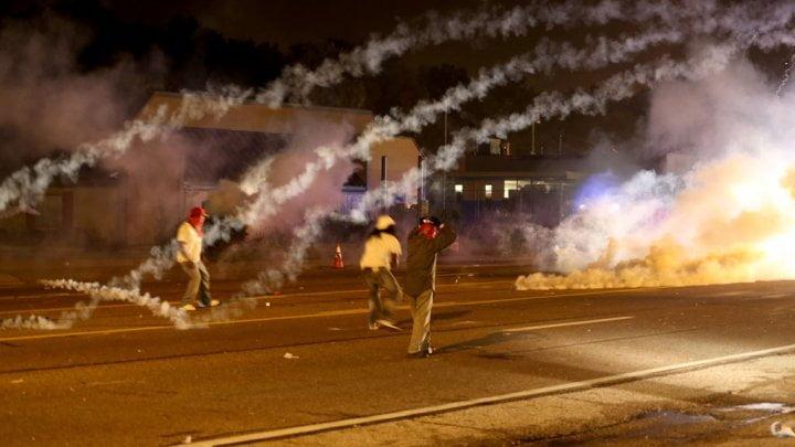 Tirs de gaz lacrymogène à Ferguson
