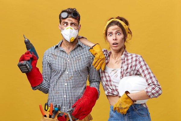 Femme avec son conjoint travaillant le BTP